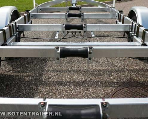 Kalf motorboottrailer-Basic-2000-62 kielrollen op dwarsdragers