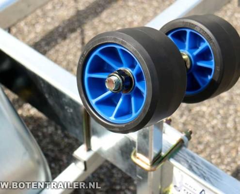 Kalf motorboottrailer-Basic-2000-62 rubberen kimrollen op stelpijpen