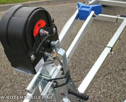 Kalf motorboottrailer-Basic-2000-62 Goliath lier op liersteun