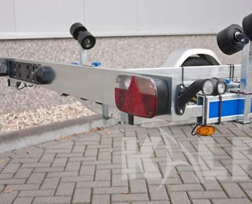 Kalf sloeptrailer M 1350-57 achterkant met lichtbalk