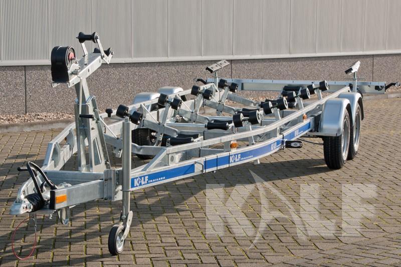 Kielboottrailer Kalf S 3500-82 tandemas boottrailer met metalen spatborden en extra versteviging op frame